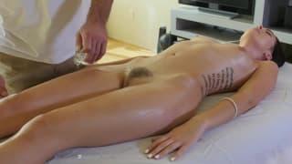 Un massaggio erotico per una troietta !