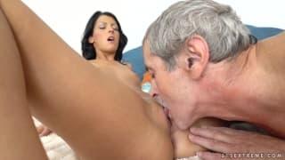 Viven Bell adora gli uomini maturi!