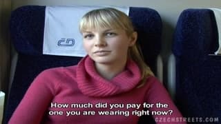Una bionda che si fa rimorchiare in treno
