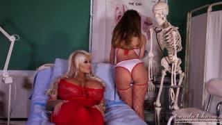 Giovane infermiera sente molto piacere