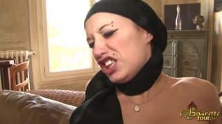 Una araba troia con due uomini