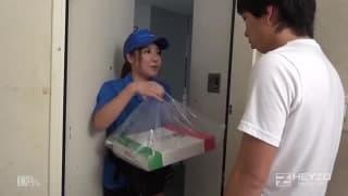 Lei gli consegna la pizza e poi lo scopa