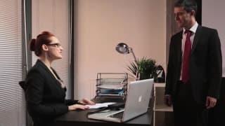 Una segretaria bollente e molto vogliosa