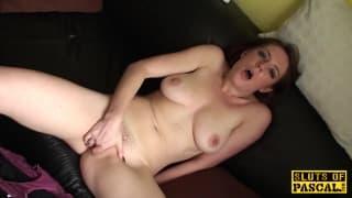 Lui aiuta questa ragazza a masturbarsi