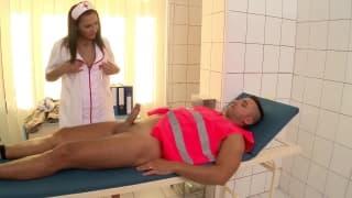 Un'infermiera sexy che sa come curarlo