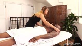 Jaye Summers massaggia questo uomo nero