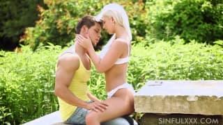 Nathaly Cherie all'aperto con il suo uomo