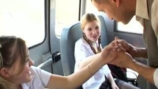 Due giovani studentesse in un furgone