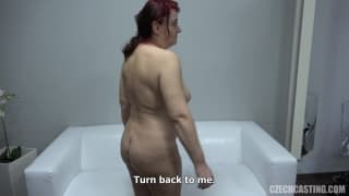 Un casting porno con Monika sul divano