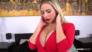 Nathaly Cherie vuole godere a letto