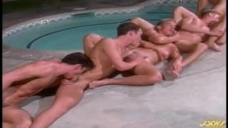 Tutti questi gay sono caldi in piscina