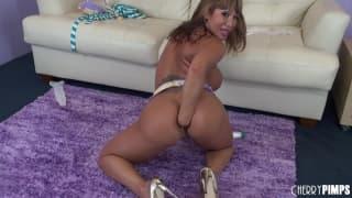Ava Devine si masturba sul pavimento