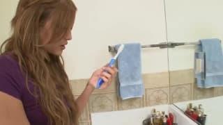 Lei usa lo spazzolino per godere da sola