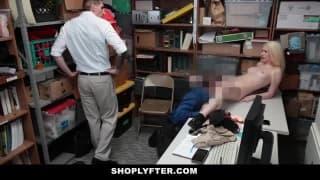 Una biondina viene scopata per punizione