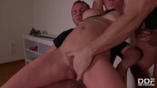Sienna Day si diverte in un trio BDSM
