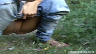 Una biondina rimorchiata mentre passeggia