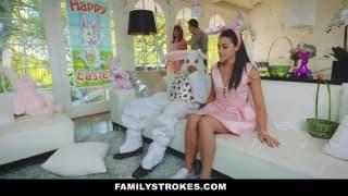 Lo zio vestito da coniglio vuole scoparla