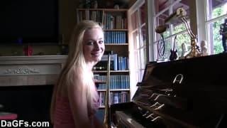 Una pianista tettona si lascia scopare