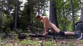 Questo ragazzo si masturba nel bosco
