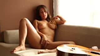 Eva Lovia suona la chitarra e si tocca