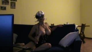 Super Milf Si Masturba Davanti alla Telecamera