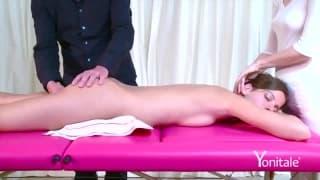Un massaggio per una bella mora arrapata