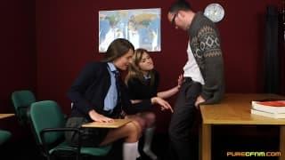 Due studentesse seducono il professore