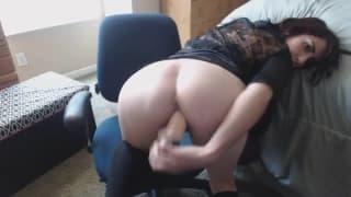 Una bella mora gode da sola in webcam