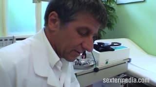 Il dottore penetra questa milf bionda