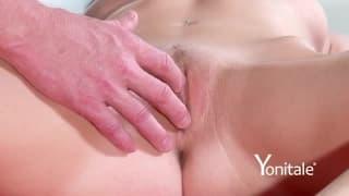 Una bella mora si fa massaggiare la figa