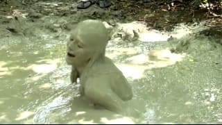 Una caldissima mora si rotola nel fango