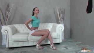Una giovane mora lo prende sul divano
