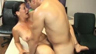 Una milf sensuale scopata dal suo collega