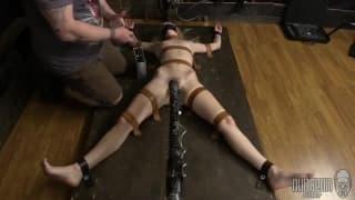 Lily Raider si fa legare e masturbare