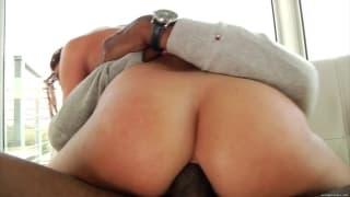 Mischa Brooks con un cazzo nero in culo