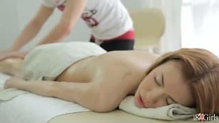 Un massaggio a casa per questa rossa