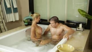 Alexis Fawx lo massaggia e lo scopa