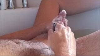 Questo ragazzo si sega mentre fa il bagno