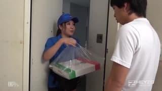Giovane asiatica costretta a scopare