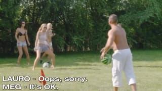 Gruppo di amici scopano e fanno giochi erotici