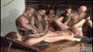 Quattro amici gay che godono insieme