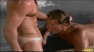 Un gruppo di gay che godono in spiaggia