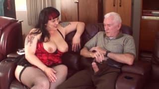 Anziano scopa con una grassona rossa