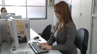 Una segretaria asiatica gode in ufficio