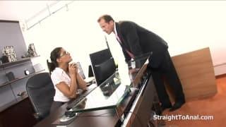 Segretaria ama farsi masturbare dal capo