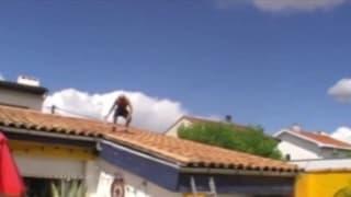 Questo uomo vuole segarsi sul tetto