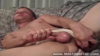 Lui ama segarsi mentre si penetra il culo