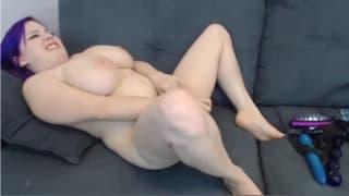 Una grassa tettona si masturba sul divano