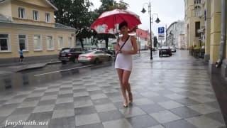 Jenny Smith si fa bagnare dalla pioggia