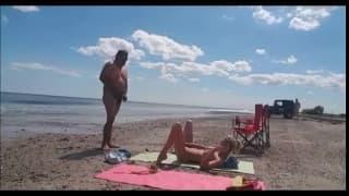Una bionda succhia cazzi in spiaggia